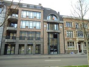 Duplex-penthouse van 126 m² met 2 slpk in het centrum aan de kleine ring, tegenover het politiekantoor. Het penthouse is gelegen op de derde en v