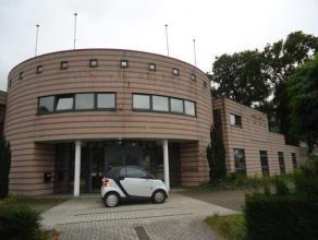 Ruim appartement 315 m² met 5 slaapkamers en 2 grote terrassen resp. 54 en 56 m². Het appartement is gelegen aan de stadsrand met zeer goede