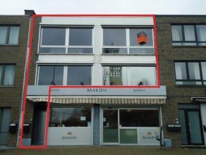 Gerenoveerde kantoorruimten op commerciële ligging in het centrum van de Banneuxwijk, met ruime parkeermogelijkheden tegenover het gebouw. GELIJK