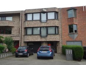 Investeringspand bestaande uit gelijkvloerse kantoren en 2 appartementen groot telkens 75m², goed gelegen op 2a30ca aan de stadsrand nabij het st