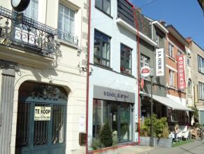STIJLVOL GERENOVEERD HANDELSPAND IN HARTJE HASSELT op 30 passen van de drukke Koning Albertstraat. Dit handelspand met woonst en tuinterras is gelegen