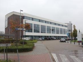 Mooie kantoren met een oppervlakte van 1.700 m², goed gelegen in het bedrijvenpark op de voormalige Philps-site Hasselt-Kiewit, aan de verbinding