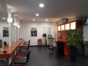 Dit handelspand van 75 m² is gelegen op een A locatie met veel visibiliteit en bescdhikt over 7 kapstoelen, 10 wachtplaatsen, 3 wasplaatsen, een