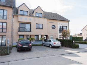 DAKAPPARTEMENT MET 2 SLAAPKAMERS EN 2 PARKINGS IN ALKEN CENTRUM.<br /> <br /> Dit instapklare duplex-appartement bevindt zich op de 2de en 3de verdiep