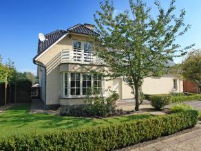 Ruime villa gelegen op een mooi aangelegd perceel van 9a met verwarmd zwembad en poolhouse. Zeer rustige ligging in een doodlopende straat.<br /> <br
