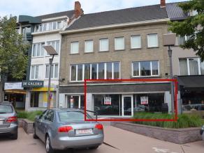 Instapklare handels/kantoorruimte met kelder gelegen in het centrum van Genk. Centrale ligging aan de Fruitmarkt met ruime parking (betalend). <br />