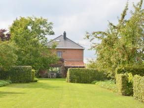Verzorgde, instapklare woning op een mooi aangelegd perceel van 33are. Prachtig aangelegde tuin met grasperk, beplanting, tuinbergingen, terrassen en