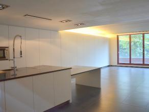Modern en kwalitatief afgewerkt appartement gelegen in het stadscentrum binnen de Kleine Ring van Hasselt. <br /> <br /> Incl. 1 autostandplaats in de