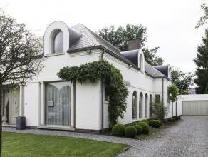 Deze stijlvolle villa is gelegen in een residentiële en groene omgeving op een mooi aangelegd perceel van 13a73ca. Aangename woning met veel lich