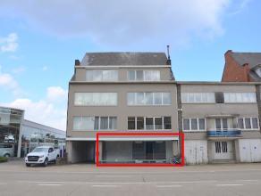 Commercieel gelegen handels/kantoorruimte met magazijn en garage. Mogelijkheid om een deel te gebruiken als appartement. Parking voor het gebouw. Tota
