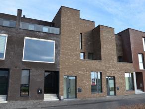 Moderne nieuwbouwwoning met dubbele inpandige garage op 1a31ca. Geschikt voor diverse doeleinden: kantoor/vrij beroep, combinatie met woonst is ook mo