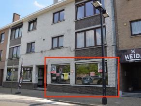 Goed gelegen gelijkvloers casco-appartement van 73m2 gelegen op het kerkplein in het centrum van Beverst.  <br /> <br /> Het appartement werd voorheen