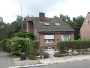 Ruime, rustig gelegen gezinswoning met grote tuin.<br /> Gelijkvloers: inkom, apart toilet, leefruimte, aparte keuken, badkamer met ligbad, 2 slaapkam