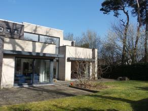 Rustig gelegen moderne villa op 597 m².  <br /> <br /> Gelijkvloers : hal - WC - leefruimte bestaande uit zithoek, eethoek en haardhoek, geï