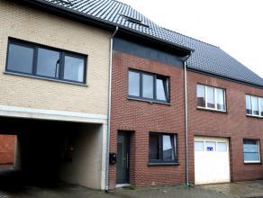 Laag schrijfgeld mogelijk!! Volledig gerenoveerde woning met 3 slaapkamers en achterliggende parkeerplaats te Beringen. Renovatie van 2012.<br /> Inde