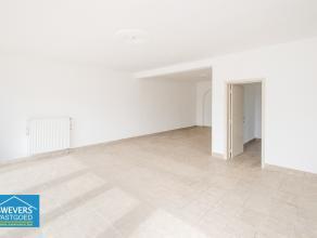 Dit goed gelegen handelspand van 60 m² bevindt zich op het gelijkvloers. Ideaal voor vrij beroep, kantoorruimte, De uiterst commerciële ligg