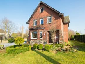 Een nette aangelegde weg met bomen aan weerszijden brengt je naar de Lummenseweg 103. Dit huis, op een hoek verbonden met een wandelweg, toont ruim, g