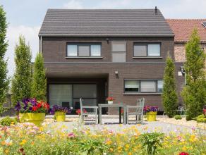 Deze prachtig verzorgde en zeer moderne halfopen bebouwing werd zeven jaar geleden gebouwd in Genenbos. Genenbos is een gehuchtje in Lummen vlakbij he
