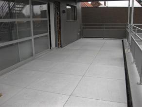 Dit appartement is gelegen op de eerste verdieping van een gebouw bestaande uit 3 eenheden : een handelsgelijkvloers, dit appartement en een dakappart