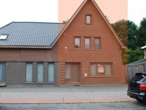 Woning (half open bebouwing):<br /> Recentelijk gerenoveerd.<br /> Indeling: <br /> Inkom met inbouwkasten, toilet met lavabo, woonkamer met toegang n