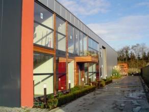 Het kantoorgebouw beschikt over de volgende ruimtes: centrale inkomhal met receptie, diverse afzonderlijke volledig ingerichte en geschilderde bureelr