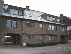 Mooi, ruim dakappartement van 106 m² met private achterliggende garage.Goed gelegen in het centrum van Dilsen.Beschrijving: inkomhal, toilet, liv