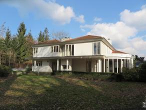 Dit ruim ingedeeld landhuis is goed bereikbaar gelegen, net buiten het centrum van Maaseik. Het pand is geheel afgewerkt met kwalitatieve materialen.