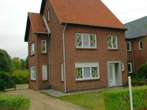 Gezinswoning met veel potentieel, gelegen op een perceel van 6a53ca op de grens tussen Ophoven en Maaseik. De Nederlandse grensovergang, Maaseik en de