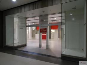 Zeer mooi handelspand van 179m² gelegen in het bruisende shopping 1, te Genk. Een van de weinige resterende handelspanden in het druk bezochte sh