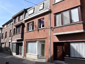 Deels gerenoveerde woning in centrum Tongeren. Indeling: hal - living - eetplaats met keuken - bureau/speelruimte - wasplaats - toilet - tuin met terr
