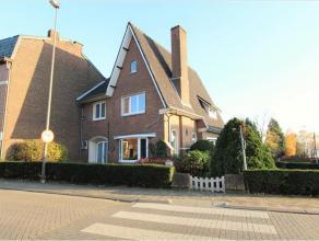 Deze mooie woning is goed gelegen op de hoek van de Koninksemsteenweg met de Astridlaan: vlak aan het stadscentrum ! De woning werd in 2012 grondig ve