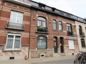 Deze ruime woning is goed gelegen aan het centrum en vlakbij De Velinx met parking voor de deur en winkels aan de overzijde. INDELING: gelijkvloers me