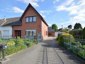 Deze degelijke woning is gelegen langs de Kiezelstraat, in een rustige en groene omgeving, op enkele minuutjes van het centrum van Hoeselt. De woning