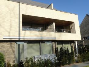 """Zeer degelijk recent appartement gelegen op eerste verdieping in """"Residentie Hoevenzavel"""" Indeling: inkomhall, WC, berging, living met mooie open inge"""
