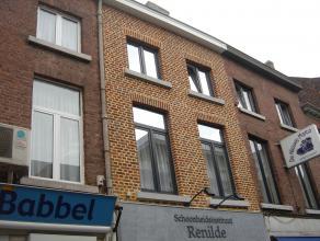 Gezellig duplex-appartement met terras in het centrum van Sint-Truiden op 50m van de Grote Markt.Het mooie appartement bestaat uit woonkamer, keuken,