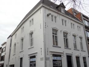 Totaal gerenoveerd luxe-appartement met 2 slaapkamers, terras, kelder en ondergrondse autostaanplaats (+ 70 euro/maand) in het stadscentrum van Sint-T