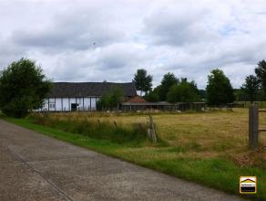 Historische vakwerk-hoeve met omliggende weilanden (1ha35are06centiare).De combinatie van de ligging, het sfeer-rijke gebouw en de omliggende weilande