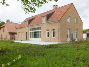 Bijzonder rustig gelegen villa met luxe afwerking, 3 slaapkamers, 2 badkamers en inpandige garage.Mogelijkheid stalboxen te huren!!Onmiddellijk beschi