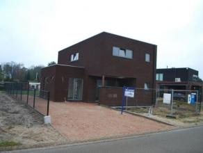 Gelegen op een perceel van 421 m²  HOB, moderne architectuur, wordt gedeeltelijk afgewerkt. Inclusief leidingen, ventilatiesysteem D (type COMAIR