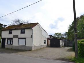 Landelijk gelegen te renoveren woning op een fraai hoekperceel van 945 m². Op gelijkvloers : woonkamer met houtkachel bestaat uit 2 delen geschei