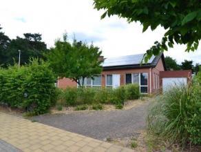 Op te frissen bungalow op een fraai gelegen perceel van 613 m² aanpalend aan een bos. Via de inkomhal verkrijgt men toegang tot de woonkamer van