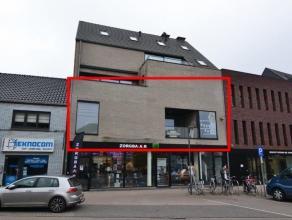 Heel gunstig gelegen in het centrum van Lommel prachtig appartement op de eerste verdieping te bereiken via de lift. Het appartement biedt een heel ru