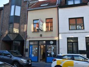 In het centrum, vlakbij de markt, op de 1e verdieping gelegen appartement voorzien van garage. Dit pand met uitstekende bereikbaarheid is voorzien van