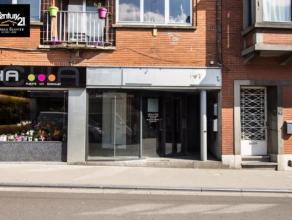 HERSTAL : Proche du plein centre et rénové, beau petit rez commercial d'une superficie de 35m² proposant une petite terrasse et tro