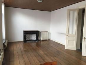 Bénéficiant d'une belle vue sur la place Verte, cet appartement d' env. 100 m² est situé au 1er étage d'une imposante