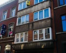 Appartement 2 CHAMBRES entièrement rafraîchi proche de la GARE des GUILLEMINS, composé comme suit : Hall d'entrée avec armo
