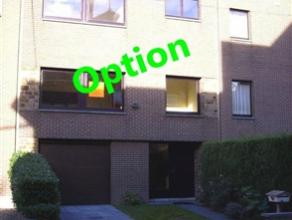 Maison bel-étage située à proximité de toutes commodités.    Le rez-de-chaussée comprend un hall d'entr&eacu