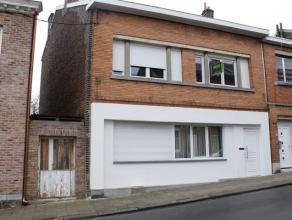 OPTION!!! Spacieuse maison se composant au rez-de-chaussée: hall d'entrée, salon (36m²) avec un poêle à bois, salle &a