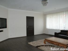 OPTION!!! Spacieuse maison se composant au rez-de-chaussée: hall d'entrée (7m²), salon (36m²) avec un poêle à boi