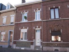 Charmante maison se composant au rez-de-chaussée: Living (26m²), cuisine équipée (14m²), buanderie (3m²). Au premi